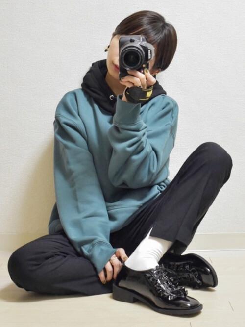 青パーカー×黒のスラックス×黒のブーツ