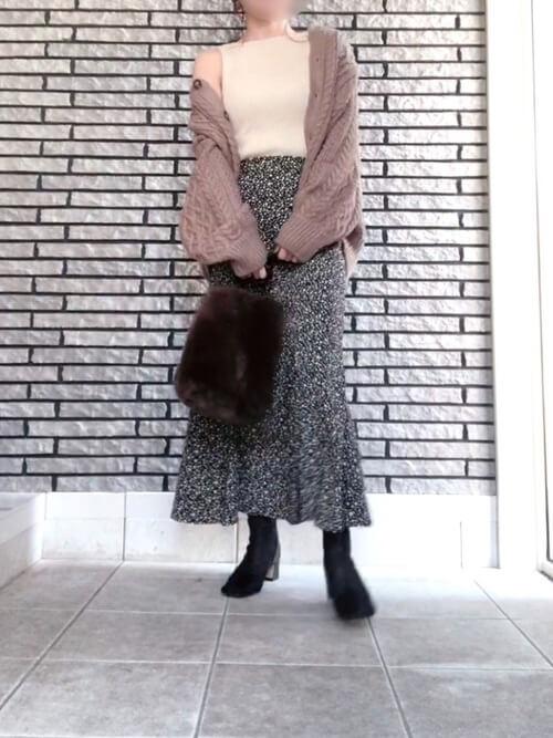 ノースリーブのリブニット×ピンクのカーディガン×黒のスカート×黒のブーツ×ブラウンのバッグ