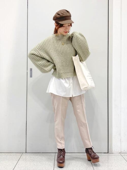 茶色のショートブーツ×グリーンのニット×白のシャツ×ベージュのパンツ