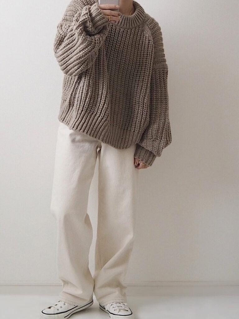 白のワイドパンツ×白のスニーカー×ニット・セーターの秋コーデ
