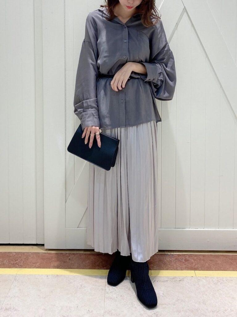 プリーツスカート×ショートブーツ×ベルト×グレーシャツのレディースの秋コーデ