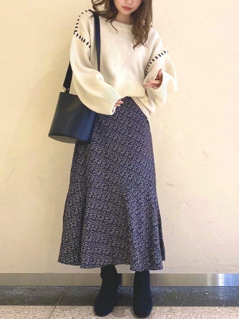 白のニットセーター×マーメイドスカート×ブーツ