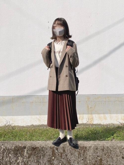 赤のプリーツスカート×ブラウンのテーラードジャケット×ベージュのTシャツ×黒のローファー