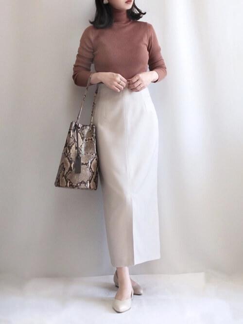 テラコッタのニット×白のロングタイトスカート×ベージュのパンプス