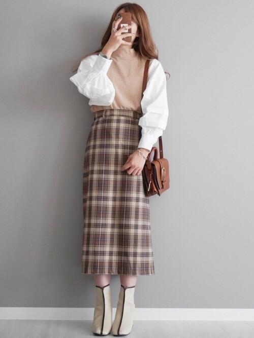 グレーのブーツ×白のブラウス×ベージュのニットベスト×チェックのスカート