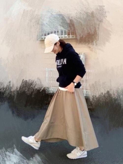 ネイビーパーカー×ベージュのスカート×白のカットソー×ベージュのスニーカー