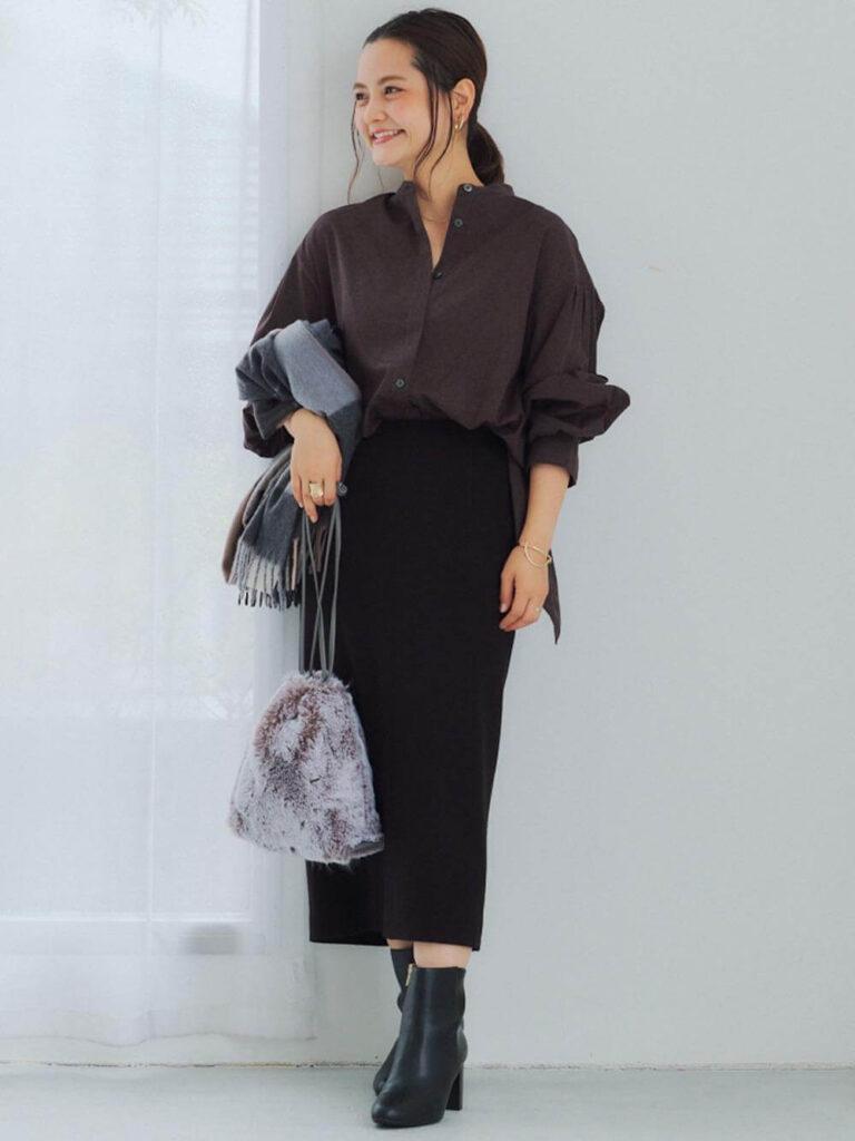 黒のタイトスカート×ショートブーツ×グレーシャツのレディースの秋コーデ
