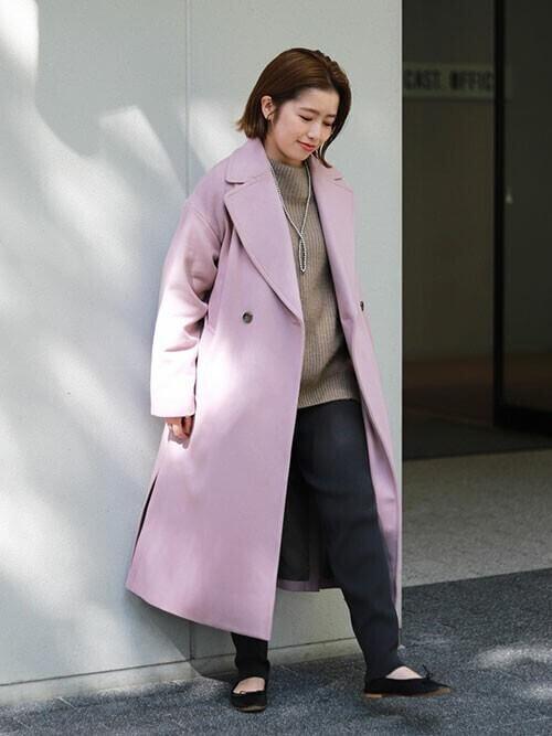 ピンクのジャケット×ベージュのニット×黒のパンツ×黒のパンプス