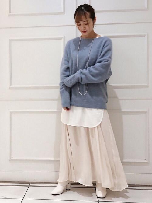 白のブーティ×青のニット×白のカットソー×ベージュのスカート