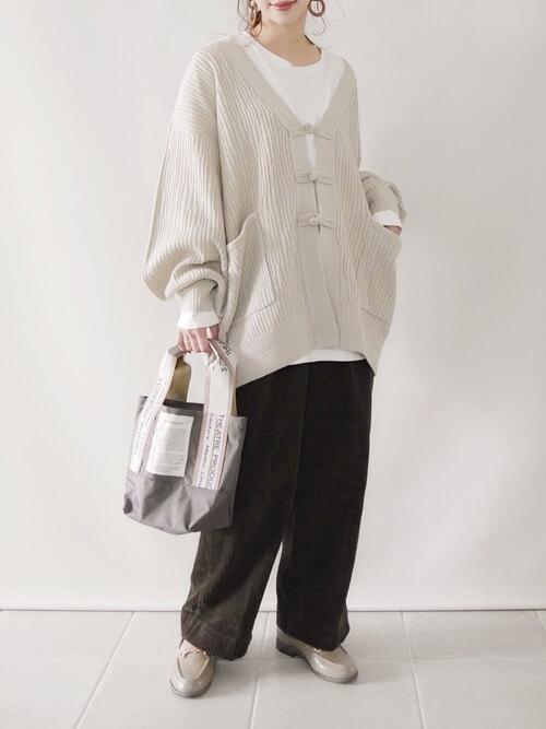 ブラウンのワイドコパンツーデュロイの着こなし:ワイドシルエット:白のボリュームアウターを合わせる