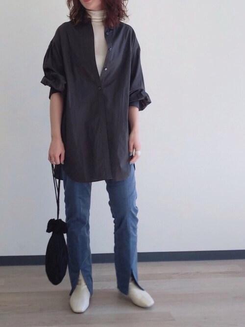 ネイビーのコーデュロイパンツ×グレーのシャツ×ベージュのタートルネック×ベージュのブーツ