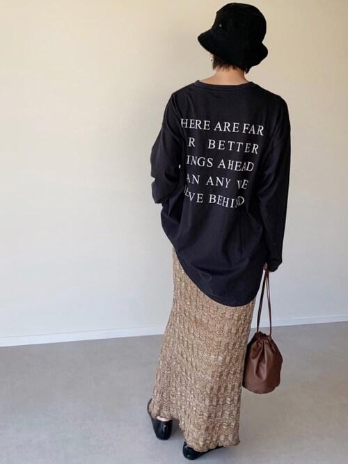 ハット×黒のロゴTシャツ×ベージュの柄スカート×黒のローファー