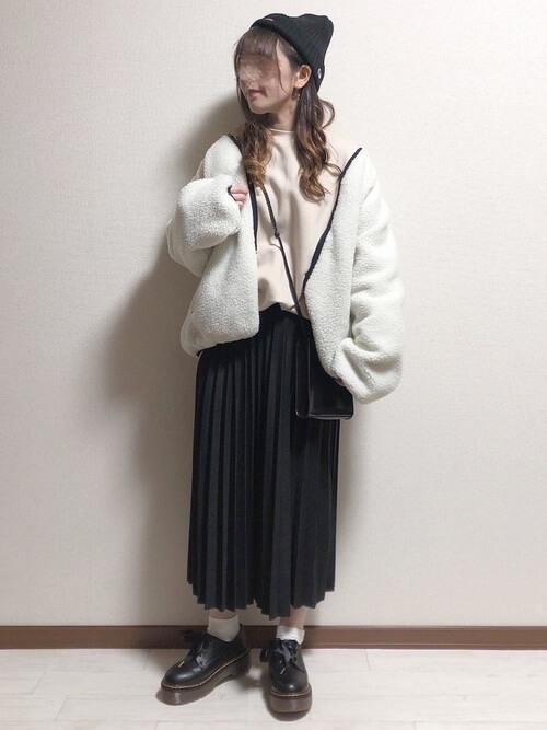 黒のプリーツスカート×白のボアジャケット×ベージュのスエット×黒のブーツ