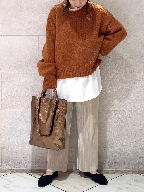 ニットセーター×白のTシャツ×ベージュのプリーツスカート×黒のパンプス