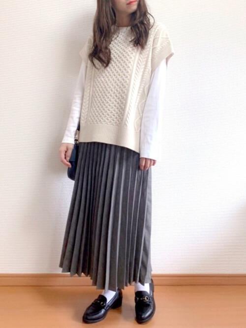 グレーのプリーツスカート×白のロンT×白のニットベスト×黒のローファー