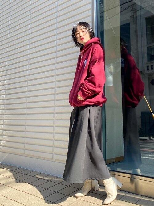 赤のパーカー×黒のスカート×ベージュのブーツ