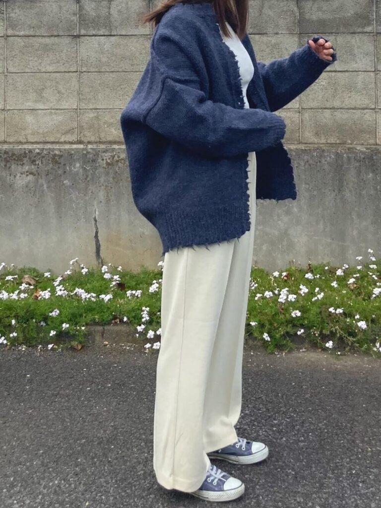 白のカットソー×白のワイドパンツ×スニーカー×ネイビーカーディガンの秋コーデ