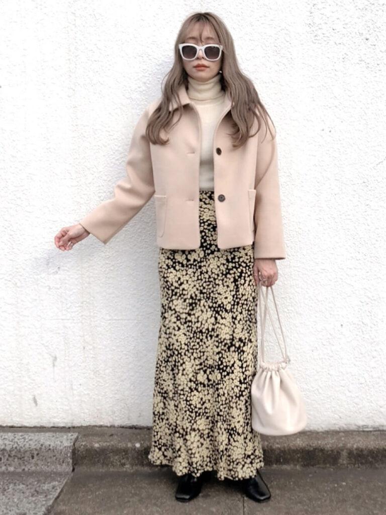 白のニットセーター×ショートジャケット×花柄マキシスカート×ブーツ