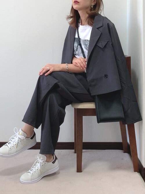 黒のテーラードジャケット×白のプリントTシャツ×黒のパンツ×白のスニーカー