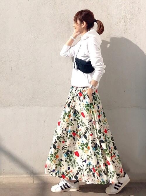 白のパーカー×花柄スカート×白のスニーカー×黒のウエストポーチ