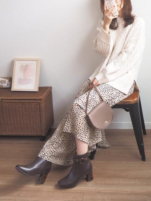 茶色のショートブーツ×白のニット×レオパード柄のスカート