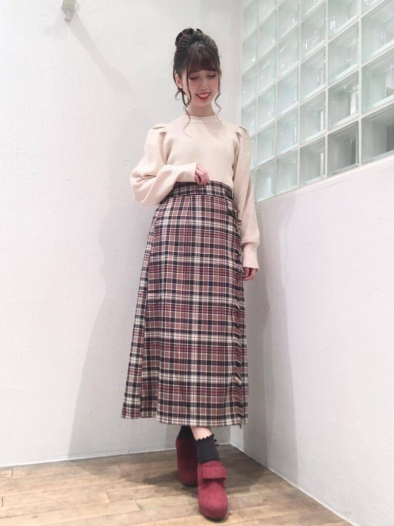 赤のブーティー×ニットセーター×チェック柄ロングスカート