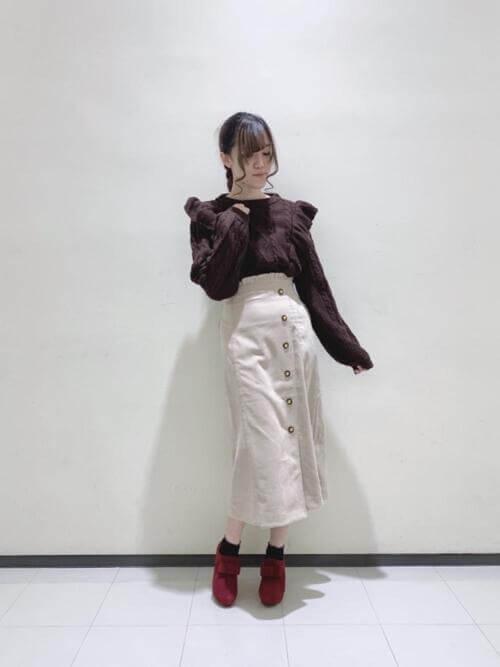 赤のブーティ×ブラウンのニット×ベージュのスカート