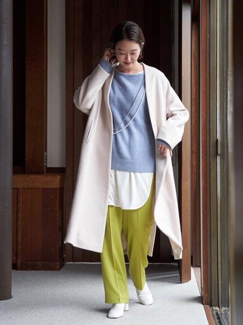 白のブーティ×白のチェスターコート×青のニット×白のTシャツ×グリーンのパンツ