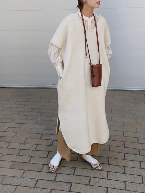 バレエシューズ×白のワンピース×白のシャツ×ブラウンのパンツ