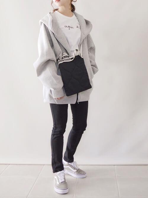 グレーのジップパーカー×白のTシャツ×黒のスキニーパンツ×ベージュのスニーカー