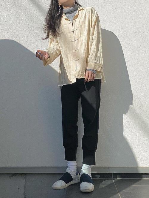 黒のジョガーパンツ×白のチャイナシャツ×グレーにタートルネックニット×白のスニーカー