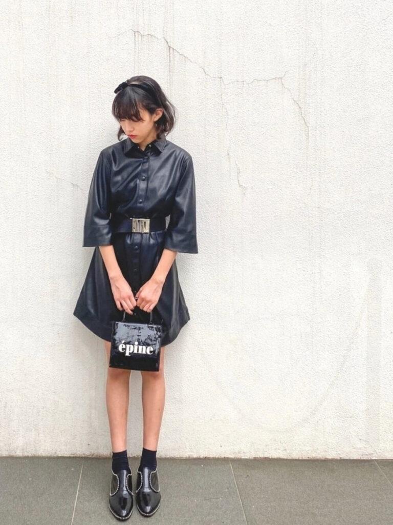 レザーシャツワンピ×黒の靴下×ブーティのレディースコーデ