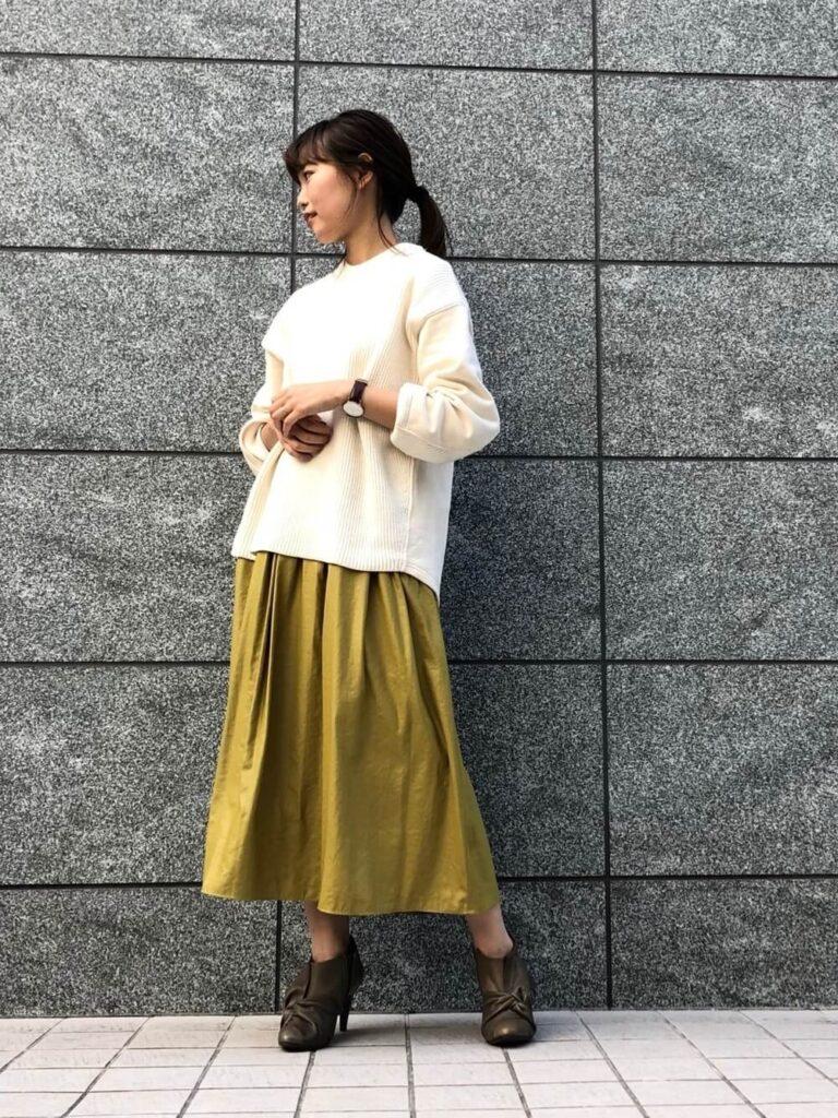 グレーのブーティー×白のニットセーター×イエローのレザースカート