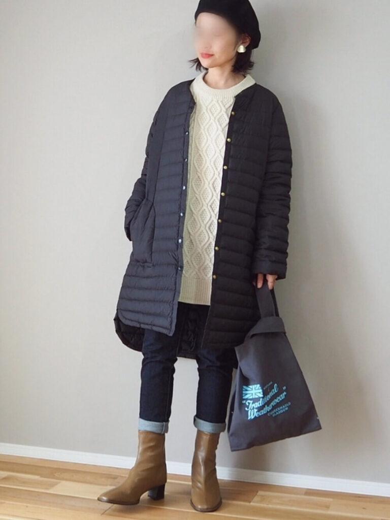 白のニットセーター×ノーカラーダウンコート×スキニーデニム×ブーツ×ベレー帽