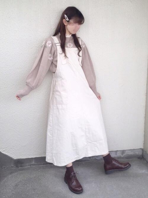 刺繍入りニット×白のジャンパースカート×ブラウンのブーツ