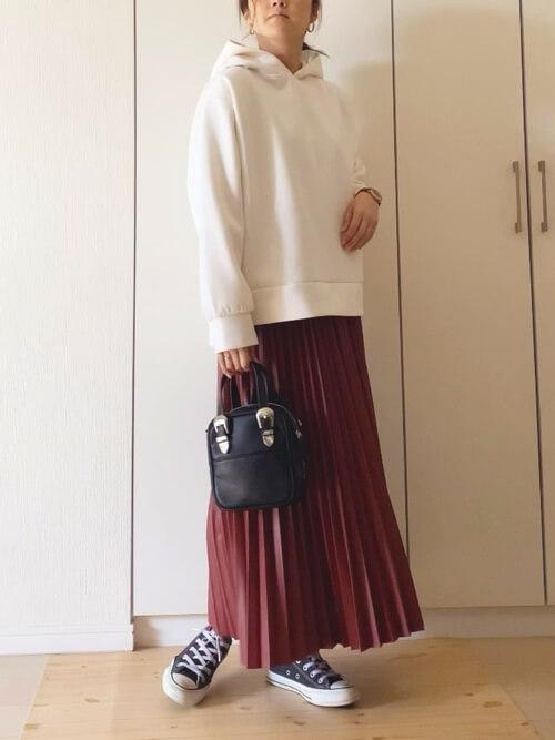 赤のプリーツスカート×白のパーカー×黒のスニーカー×黒のバッグ