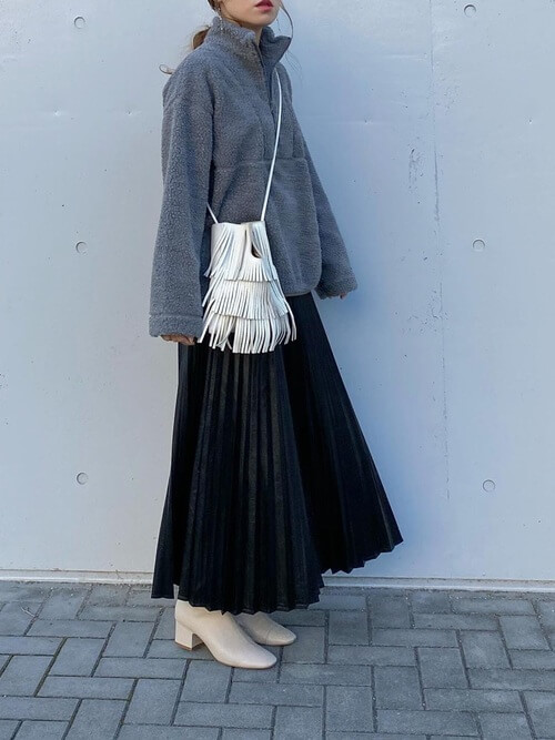 黒のプリーツスカート×グレーのフリース×ベージュのブーツ×白のバッグ