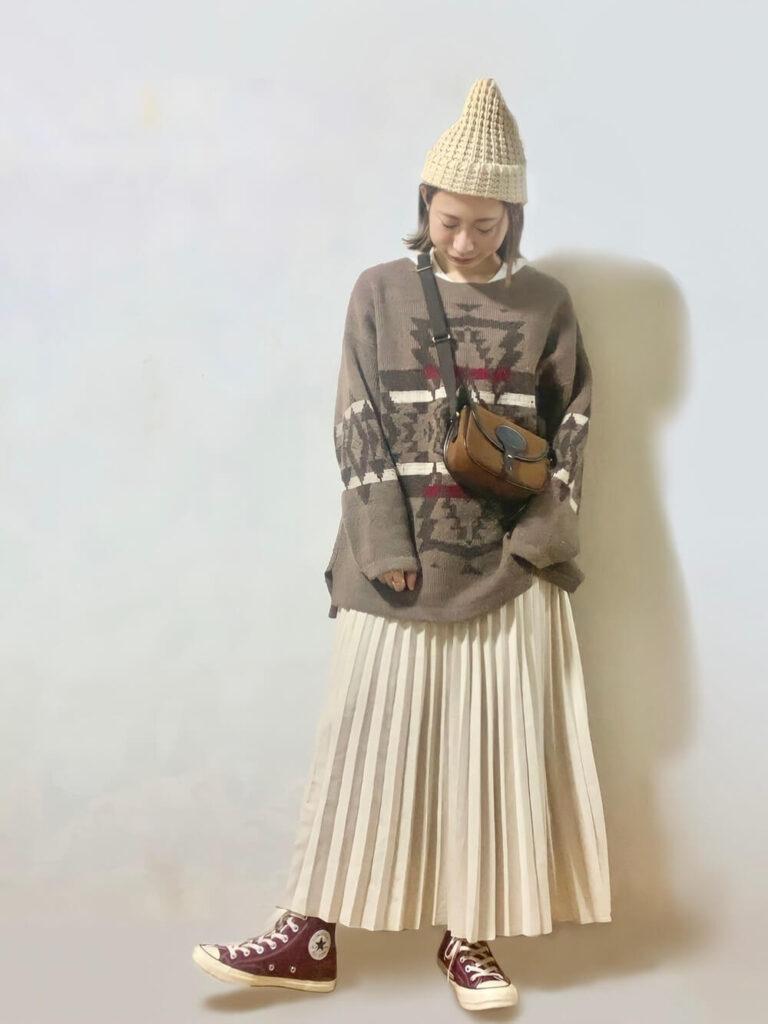 クルーネックニット×プリーツスカート×スニーカー×ニット帽の秋冬コーデ
