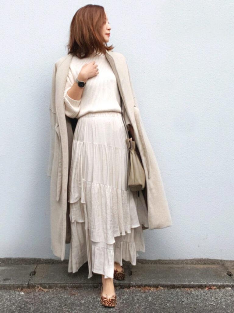白のニットセーター×ノーカラーコート×ティアードロングスカート×パンプス