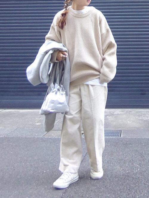 白のコーデュロイパンツ×ベージュのニット×白のスニーカー×シルバーのバッグ
