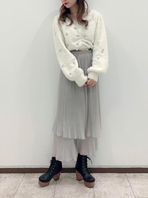 刺繍入りニット×グレーのティアードスカート×黒のブーツ
