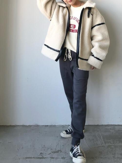 グレーのジョガーパンツ×白のフリースジャケット×白のスエット×黒のスニーカー