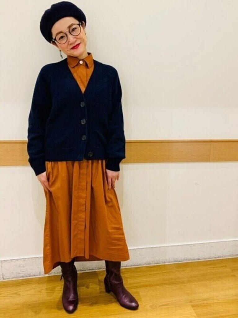 キャメルのシャツワンピ×茶色のブーツ×ベレー帽×ネイビーカーディガンの秋コーデ