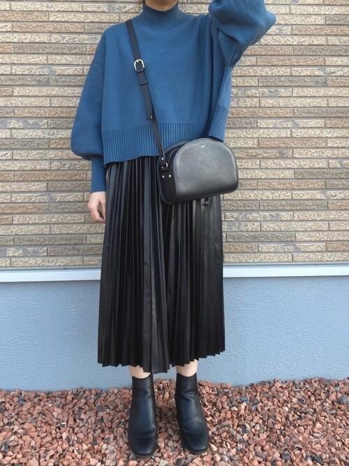 黒のプリーツスカート×青のニット×黒のブーツ×黒のショルダーバッグ