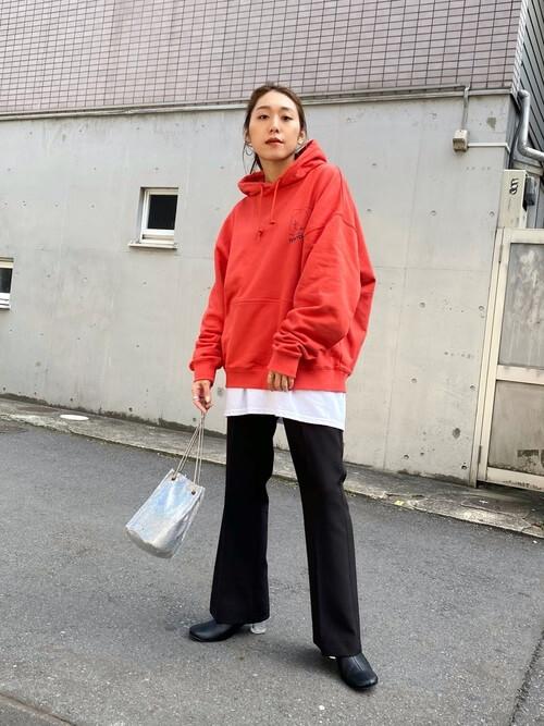 赤のパーカー×白のカットソー×黒のスラックス×黒のブーツ
