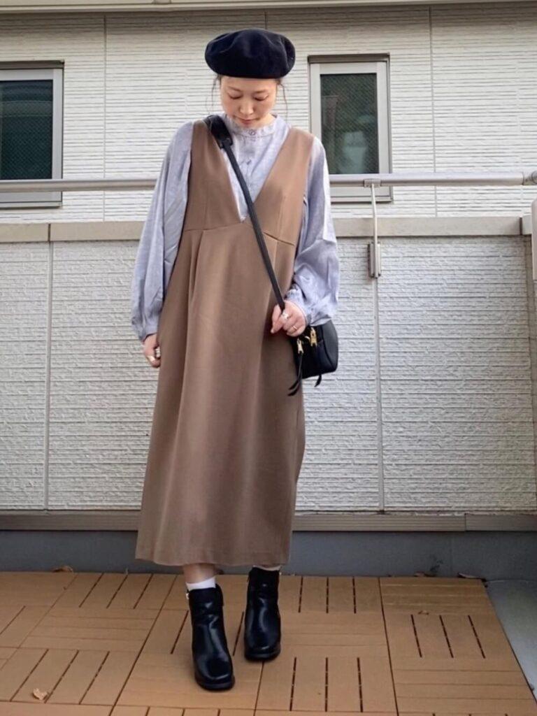 茶色のジャンパースカート×ショートブーツ×ベレー帽×グレーシャツのレディースの秋コーデ