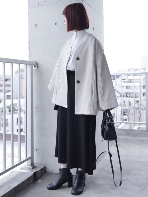 ベージュのコート×白のブラウス×黒のスカート×黒のショートブーツ