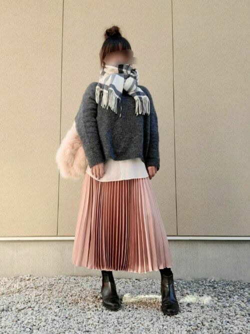 ピンクのプリーツスカート×グレーのニット×白のブラウス×黒のブーツ