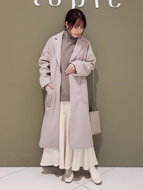 ピンクのジャケット×ピンクのニット×白のスカート×ベージュのブーツ