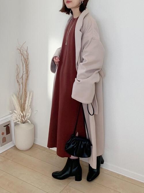 ピンクのジャケット×ブラウンのワンピース×黒のブーツ